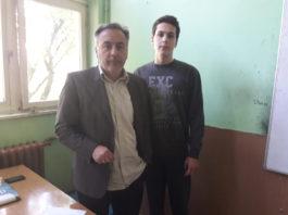 Ученик првог разреда Милан Милосављевић са професором историје Драгомиром Андрејевићем