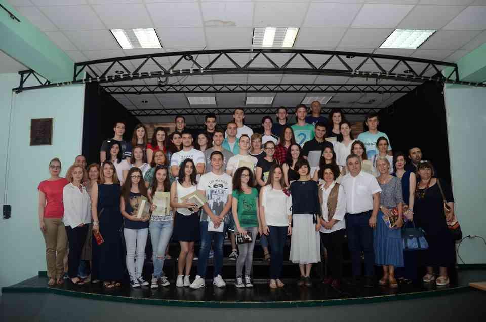 Заједничка фотографија најбољих ученика-матураната добитника Вукове дипломе са професорима и ученицима, који су освојили највиша места на републичким такмичењима