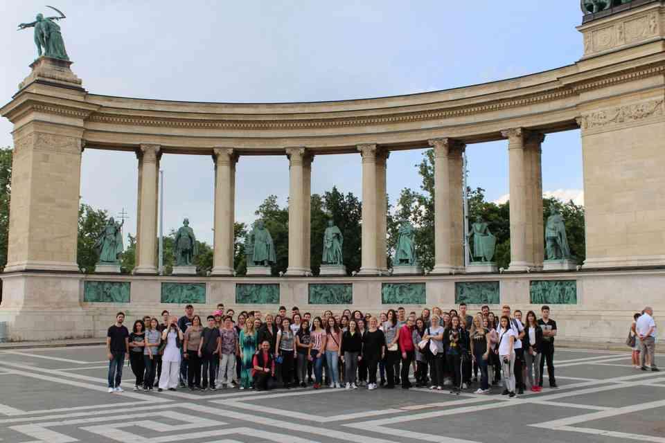 Članovi svih 20 nagrađenih timova na Trgu heroja u Budimpešti
